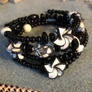 Jewelry - 🌸black & white clay flower bracelet
